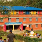 die Frontseite der Shangrila International School mit Stupa